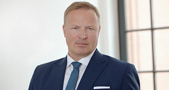"""Arne Schümann arbeitet an der Realisierung des Claims """"Make Visions Work"""". Er ist geschäftsführender Gesellschafter der Multiversum Gruppe und im Advisory Board des KI-Start-ups DARVIS"""