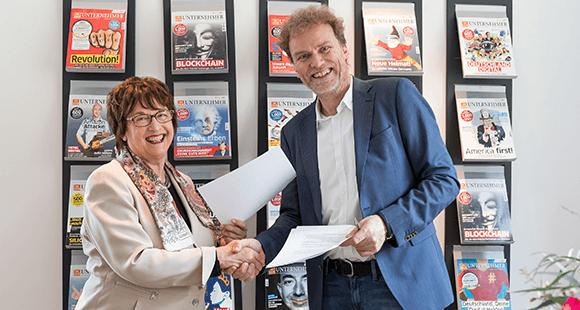 Herausgeberin Brigitte Zypries und Verleger Jens de Buhr
