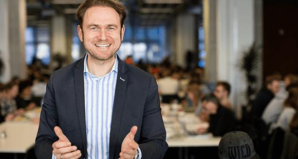 Julian Kawohl ist Professor für Strategisches Management und Case Studies an der Hochschule für Technik und Wirtschaft in Berlin