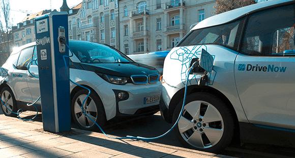 BMW i3 an einer Ladestation: DriveNow will seine E-Flotte deutlich aufstocken.