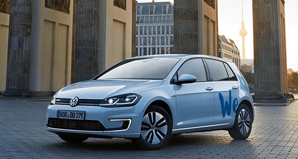 Ein E-Golf aus der Carsharing-Flotte von Volkswagen steht vor dem Brandenburger Tor