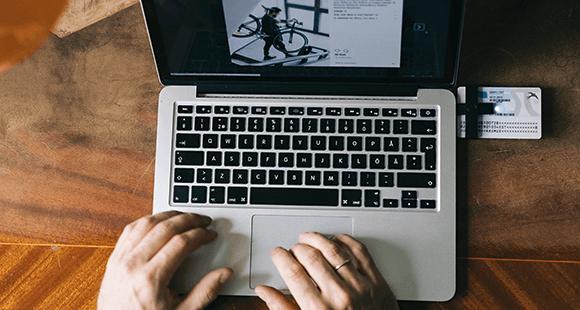 Ein digitaler Personalausweis steckt in einem Laptop. Es ist der Schlüssel zu Estlands Online-Verwaltung.