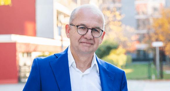 Dr. Hans Unterhuber promovierte Volkswirtschaftler und wurde 1998 Mitglied des Vorstands der Siemens-Betriebskrankenkasse (SBK), bevor er 2002 zum Vorstandsvorsitzenden ernannt wurde