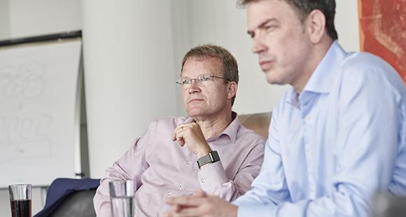 Jens Baas, CEO der TK (links) und David Stachon, CEO der CosmosDirekt (rechts)