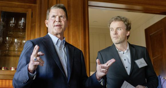 Ideentausch Keith Krach lädt regelmäßig zum Austausch, hier mit DUB UNTERNEHMER-Herausgeber Jens de Buhr (Foto: Tomas Ovalle)