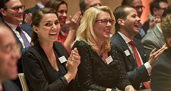 Stolze Preisträgerinnen: Melanie Walter (l.) und Helen Richenzhagen, beide TePe D-A-CH GmbH