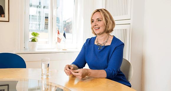 Riina Leminsky, Leiterin der Wirtschaftsförderung Enterprise Estonia in Hamburg, sitzt in einem Konferenzraum