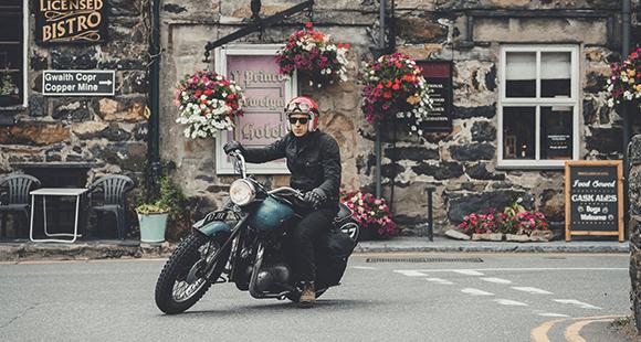 Malle-Chef Robert auf seiner 57er-Triumph. Sein Vater hielt sie geheim: Mutter Nightingale war gegen Bikes.