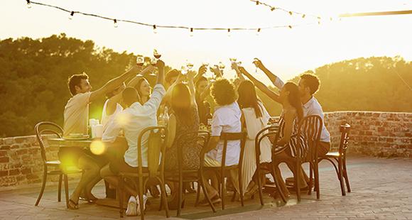 Sommerfeeling: Mit Freunden und einem guten Glas Wein