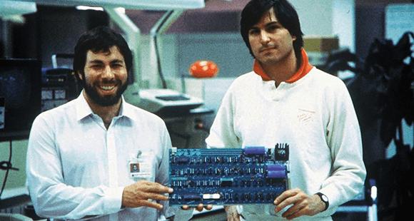 Erfolgreiche Tech-Gründer: Steve Wozniak (links) und Steve Jobs am Anfang der Apple-Entwicklung