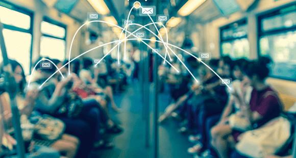 Ständiger Begleiter: Kaum ein Fahrgast ist in Schanghai ohne Smartphone unterwegs