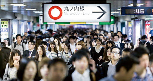 Schnell zur Arbeit: In der morgendlichen Rushhour sind Tokios Bahnhöfe überfüllt